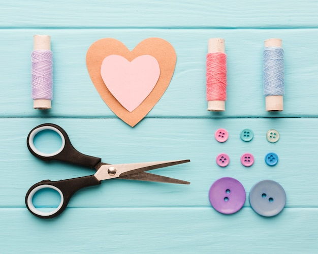 Vista superior del corazón de papel con suministros de costura para el día de san valentín
