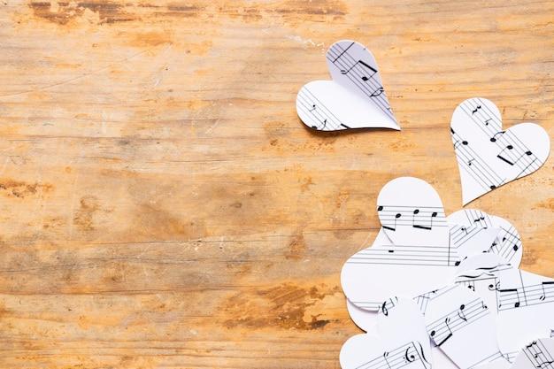 Vista superior de corazones de papel con notas musicales