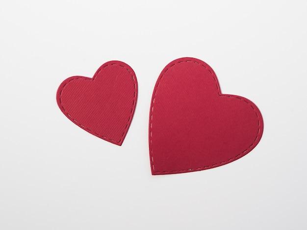 Vista superior corazones rojos en la mesa