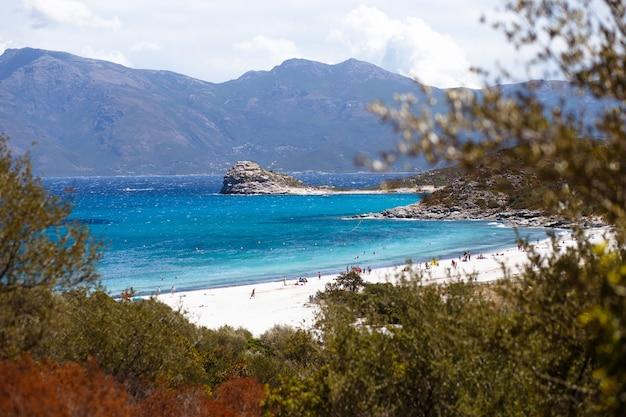 Vista superior de córcega, francia, montañas y fondo de mar turquesa. vista horizontal.