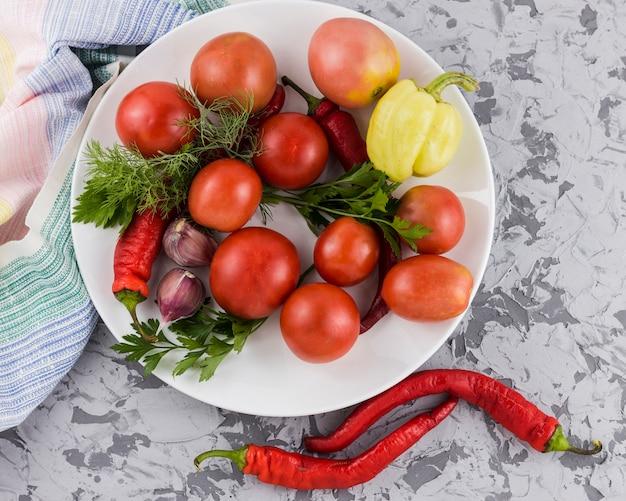 Vista superior de la cosecha de tomates y verduras