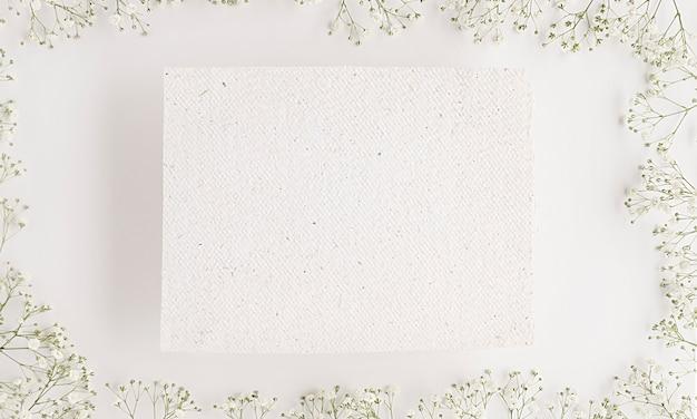 Vista superior de cosmética natural con espacio de copia