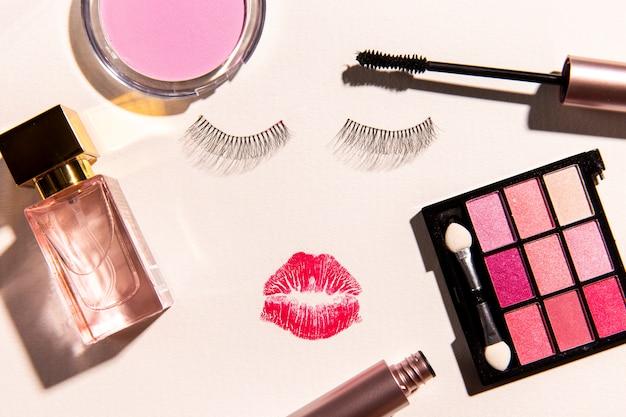 Vista superior de cosméticos de maquillaje sobre fondo liso