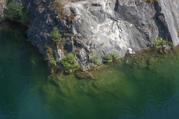 Vista superior de la costa rocosa con agua
