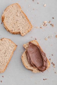 Vista superior de crema de chocolate en pan