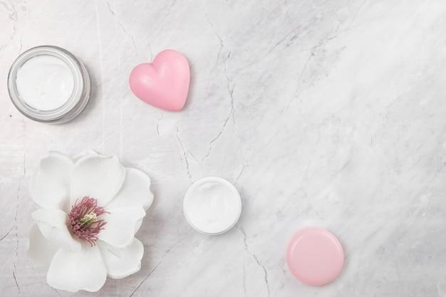 Vista superior de crema corporal natural sobre fondo de mármol