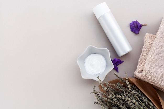 Vista superior de crema de mantequilla corporal con espacio de copia