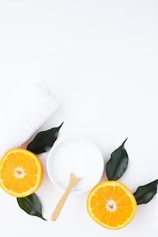 Vista superior de crema y naranja sobre fondo blanco con espacio de copia