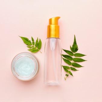 Vista superior crema orgánica con botella cosmética