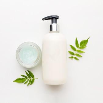 Vista superior crema orgánica con jabón de manos sobre la mesa
