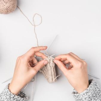 Vista superior de crochet mujer