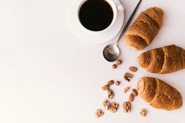 Vista superior de croissant y café con copia espacio.