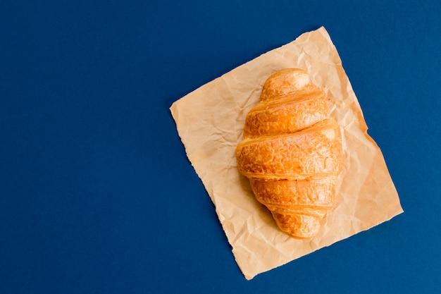 Vista superior de croissant en papel artesanal