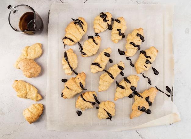 Vista superior croissants caseros con chocolate