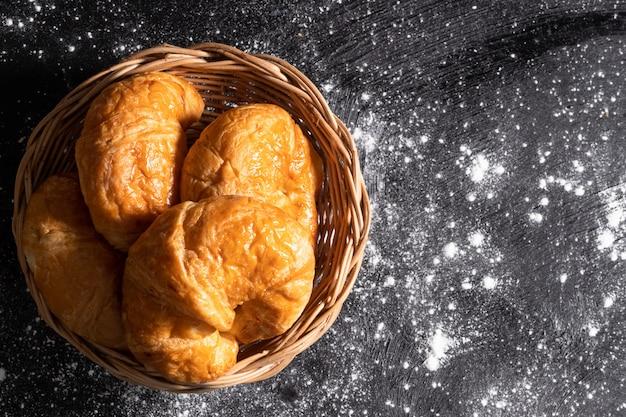 Vista superior croissants en una cesta de mimbre