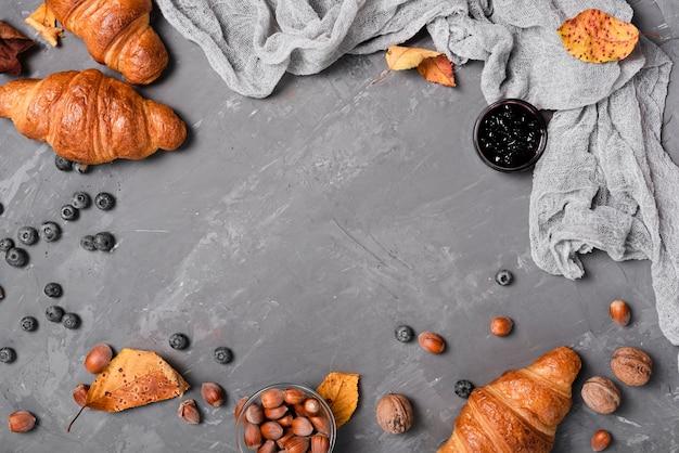 Vista superior de croissants, mermelada y castañas.