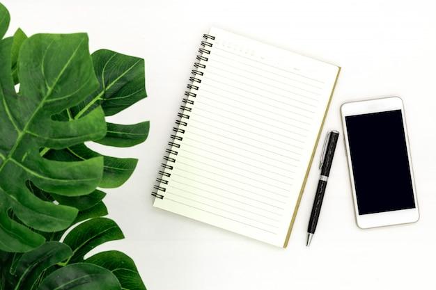 La vista superior del cuaderno se abre con una página en blanco.