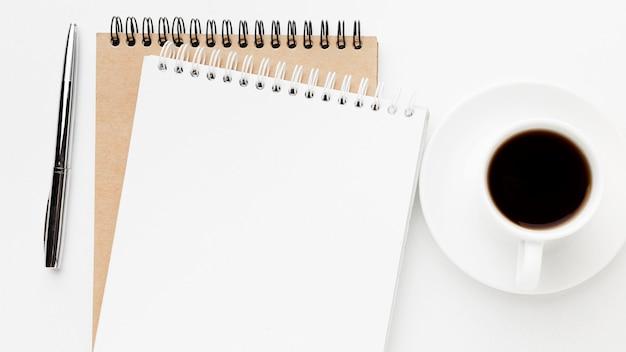 Vista superior del cuaderno y arreglo de café