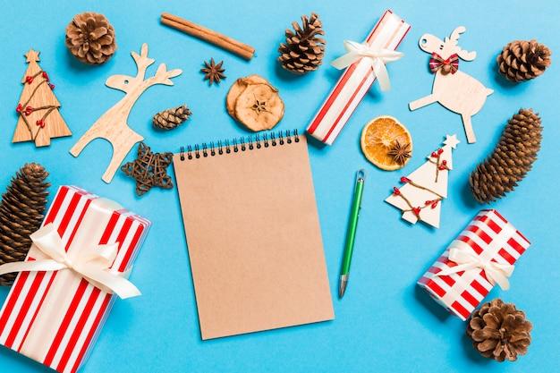 Vista superior del cuaderno en azul de adornos navideños.