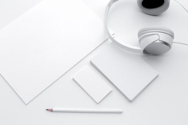 Vista superior del cuaderno en blanco abierto, auriculares y lápiz