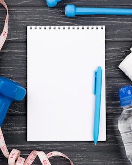 Vista superior cuaderno con bolígrafo