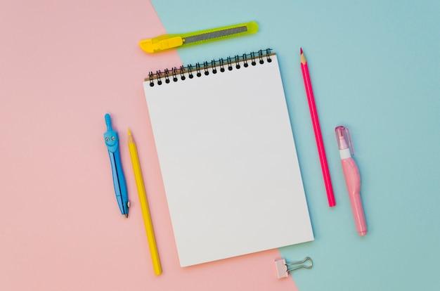 Vista superior del cuaderno con bolígrafos coloridos