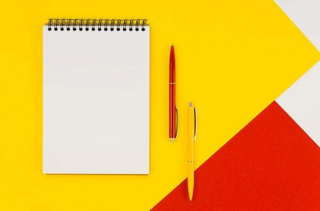 Vista superior del cuaderno con bolígrafos