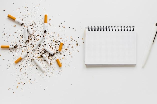 Vista superior cuaderno con cigarros
