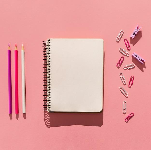 Vista superior del cuaderno y clips de papel