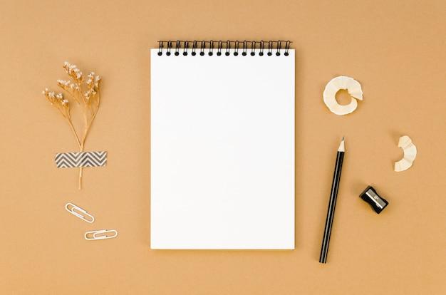Vista superior del cuaderno en el escritorio con lápiz