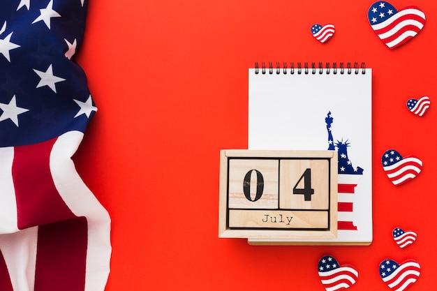 Vista superior del cuaderno con estatua de la libertad y fecha para el día de la independencia