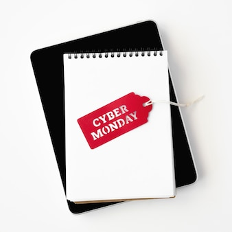 Vista superior del cuaderno con etiqueta cyber monday