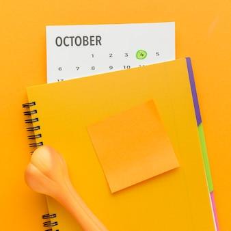Vista superior del cuaderno con hueso y calendario para el día de los animales.