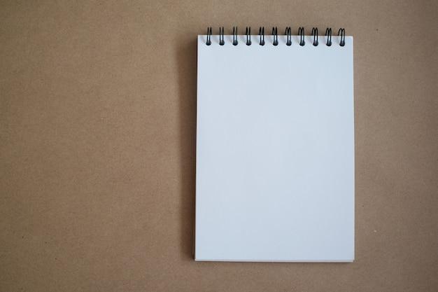 Vista superior del cuaderno para imitar para arriba en concepto de la educación de la oficina.