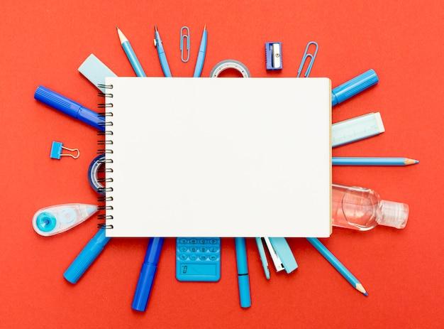 Vista superior cuaderno con lápices