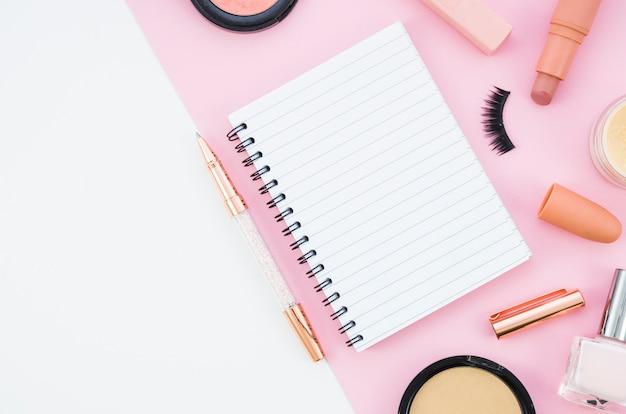 Vista superior cuaderno con maquillaje cuaderno con maquillaje