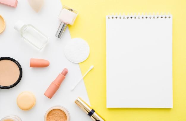 Vista superior cuaderno con maquillaje