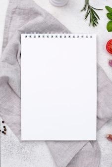 Vista superior del cuaderno en la mesa