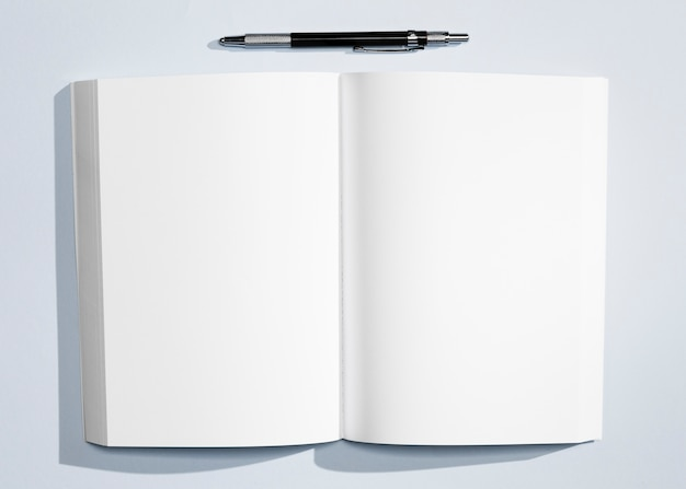 Vista superior cuaderno minimalista con bolígrafo