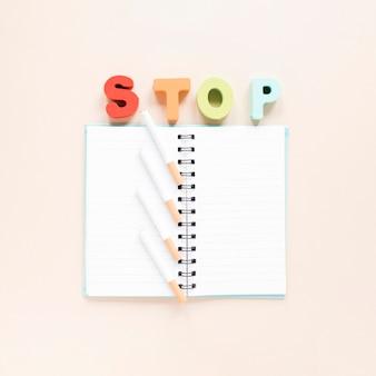 Vista superior cuaderno con palabra colorida