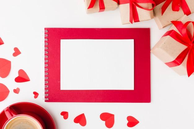 Vista superior del cuaderno y regalos para el día de san valentín