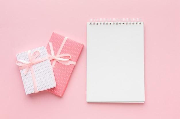 Vista superior del cuaderno con regalos rosas