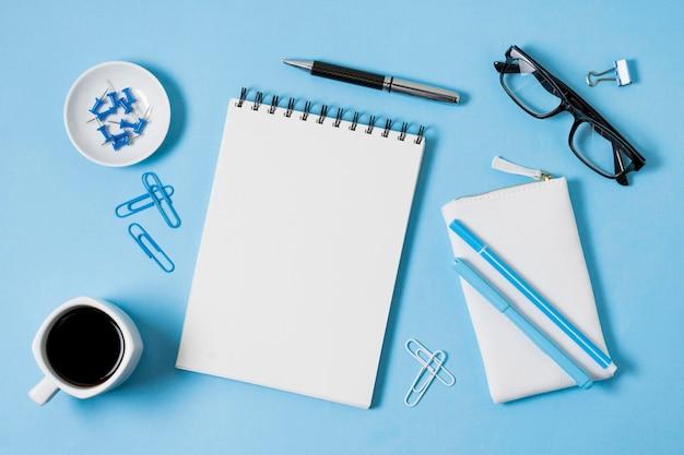 Vista superior del cuaderno y la taza de café