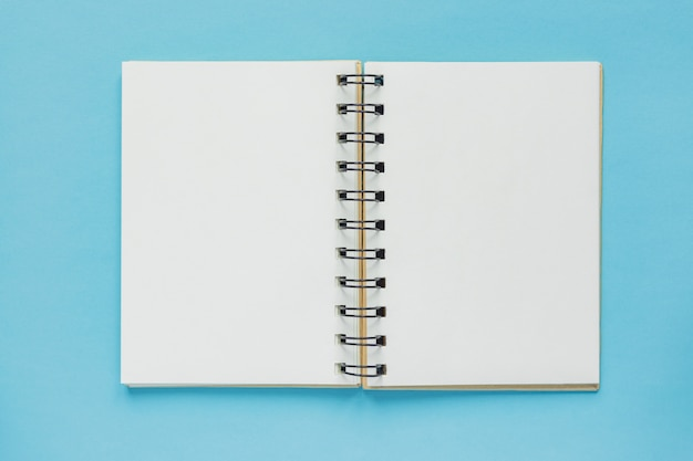 Vista superior del cuaderno vacío abierto con tapa de papel reciclado