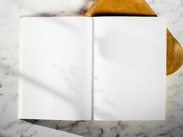 Vista superior cuaderno vacío con sombras