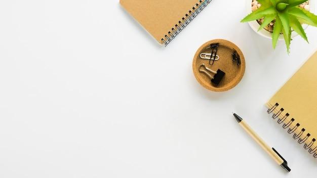 Vista superior de cuadernos con papelería de oficina y espacio de copia