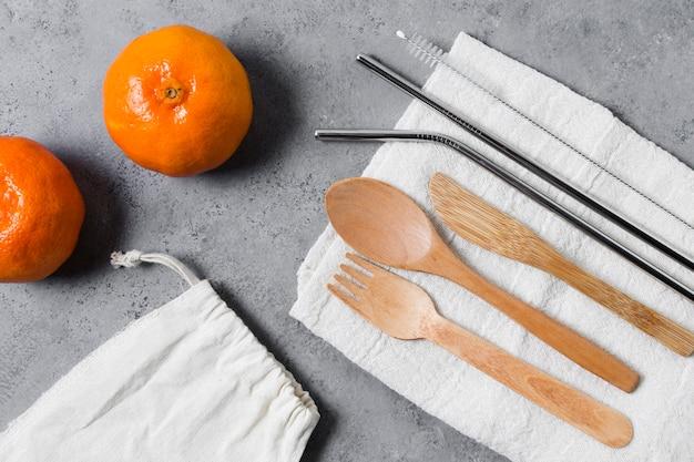 Vista superior de cubiertos y mandarinas