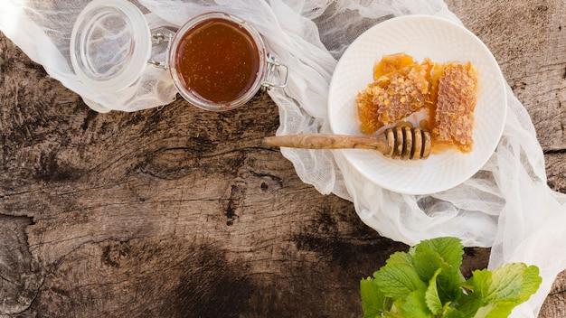 Vista superior cuchara de miel con trozos de panal