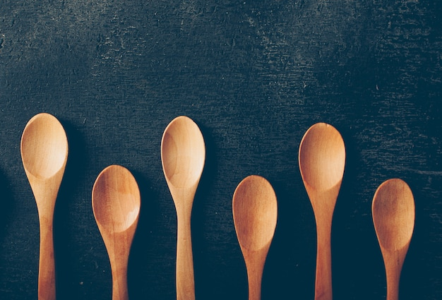 Vista superior cucharas de madera. horizontal