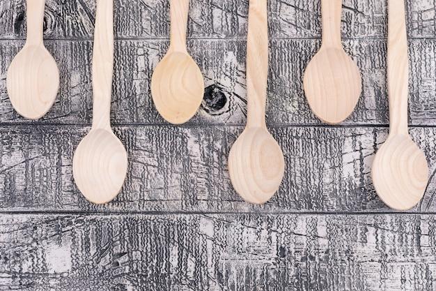 Vista superior cucharas de madera vacías en madera